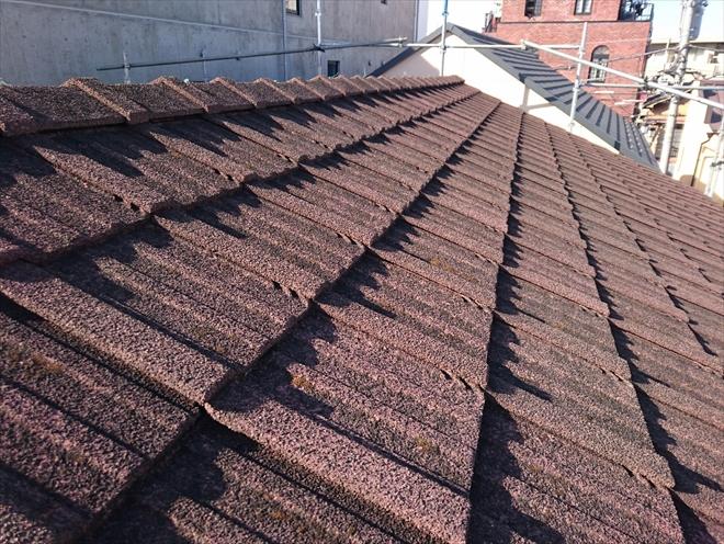 セメント瓦葺きの屋根