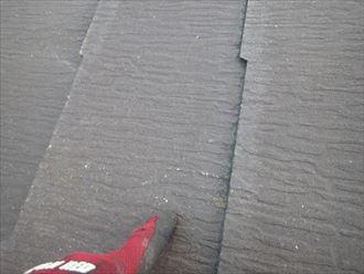 コロニアル屋根の表面が欠けた雹の跡