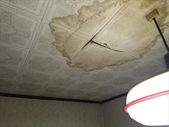 天井へ雨漏りしている原因を突き止めます