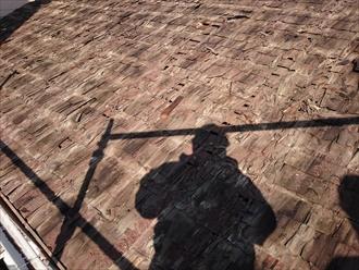 下葺きは木を薄くしたものを網合わせたトントン葺きです