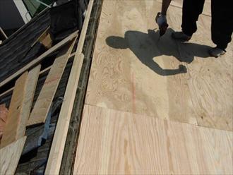 合板を貼って新しい屋根の下地にします