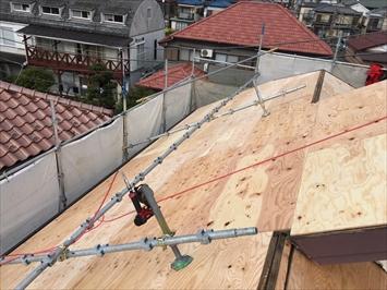 勾配が急な面には屋根の上にも足場を架けます