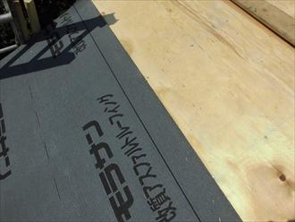 野地板の上に防水紙を葺いていきます
