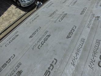 全面に防水紙を葺いた後屋根材を葺き始めます