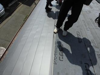 軒先から葺いていき上の段を重ねていきます