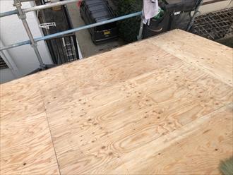合板を張って新しい屋根の下地にします