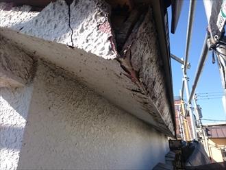 雨樋を撤去するとモルタルもボロボロ剥がれてきます