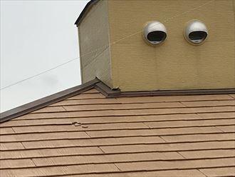 スレート屋根が細かく割れています