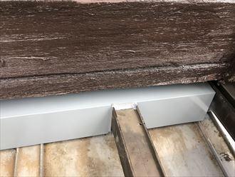 板金と支柱の隙間にシーリング処置