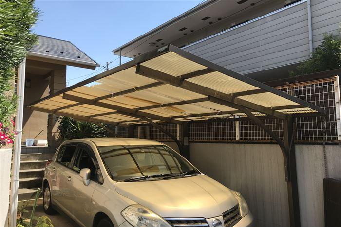 駐車場屋根の波板が強風で飛散