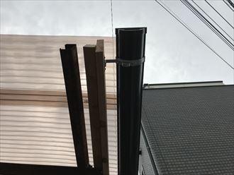 新たに設置した破風板に雨樋を取り付け