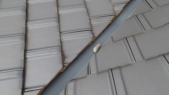 谷板金に漆喰の破片
