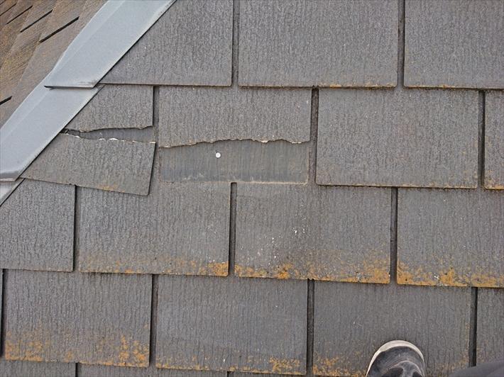 立川市幸町で割れが酷いスレート葺き屋根を屋根カバー工事でメンテナンス