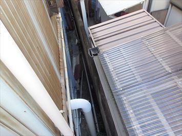 建物の隙間に落ちた棟板金