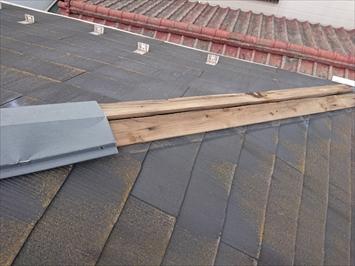 台風の強風に煽られて棟板金が飛ばされています