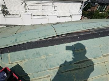 棟板金の貫板がついたまま剥がれています