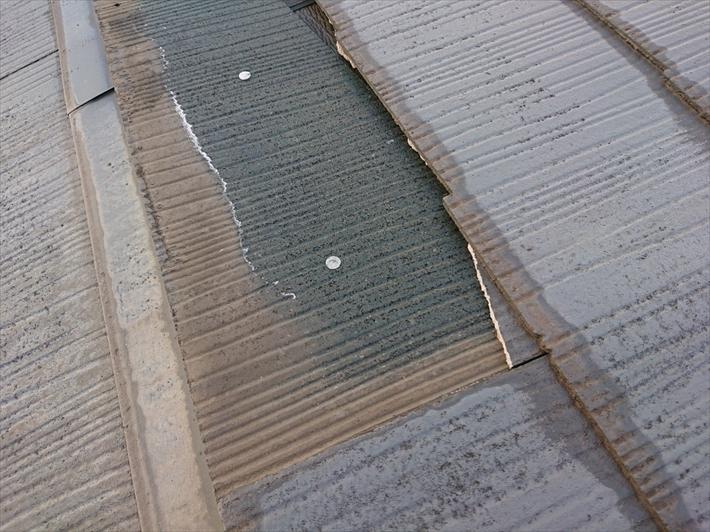 スレートは屋根材の表面と下に葺いた防水紙で雨水を防ぎます