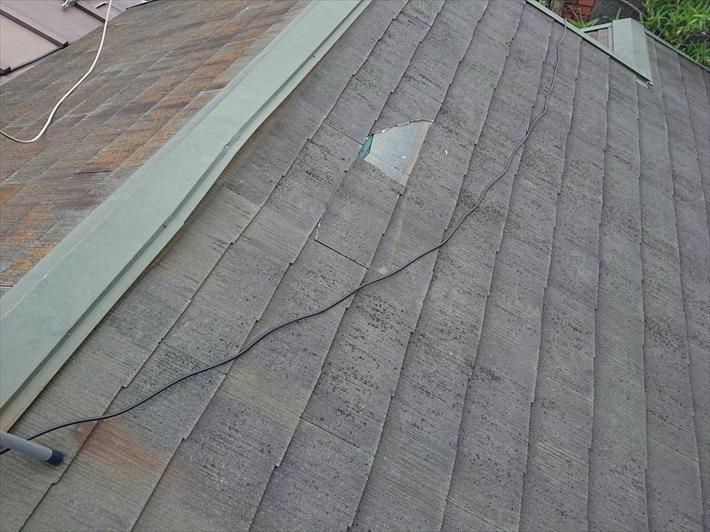 割れた屋根のスレート