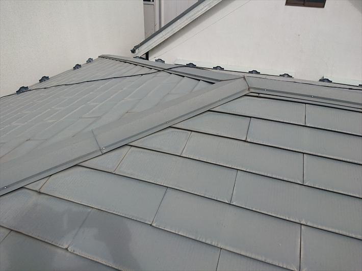 金属屋根の表面が劣化して滑りやすくなっています