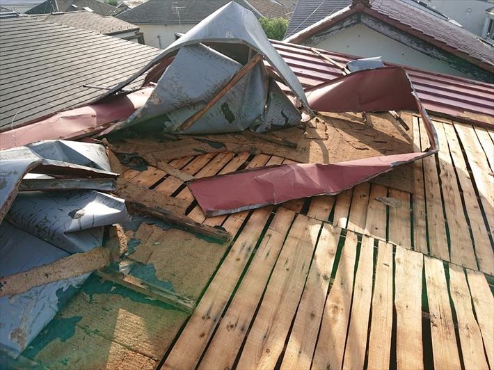 トタンの瓦棒葺きの屋根が捲れています