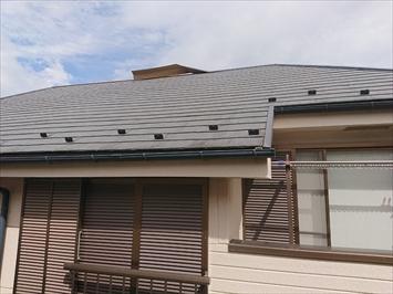 屋根の上の盛り上がった部分が棟板金が浮いたところです