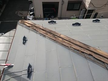斜めに下っている棟板金交換には足場が必要です