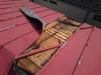 軒先から棟まで一枚の板金なので持ち上がると全てがめくれてしまいます