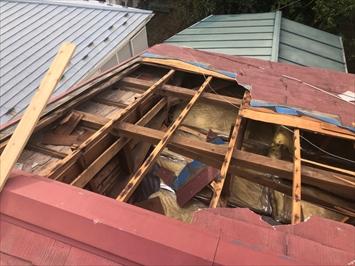 屋根の側面に打ち付けたアンテナのアンカーで引っ張られます