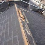 棟板金がすべて飛ばされた屋根