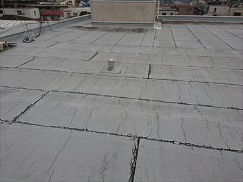 ボロボロに劣化した屋上のアスファルト防水