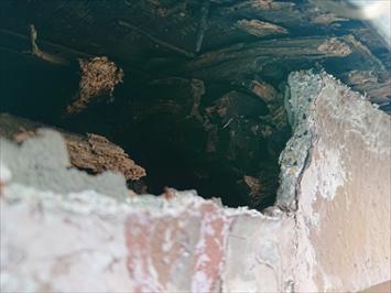 雨樋の吊り金具が取れた時にモルタルも剥がして穴が空いています