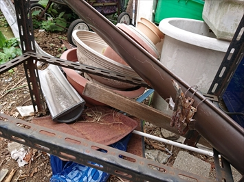 お隣の敷地に落ちていた飛ばされた雨樋です
