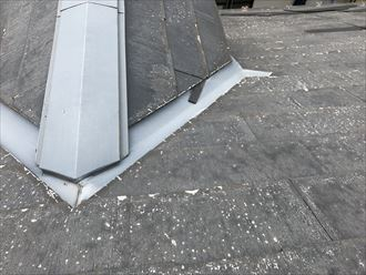 谷に落ちた細かい屋根材