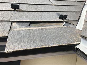 屋根が半分から下で完全に割れました