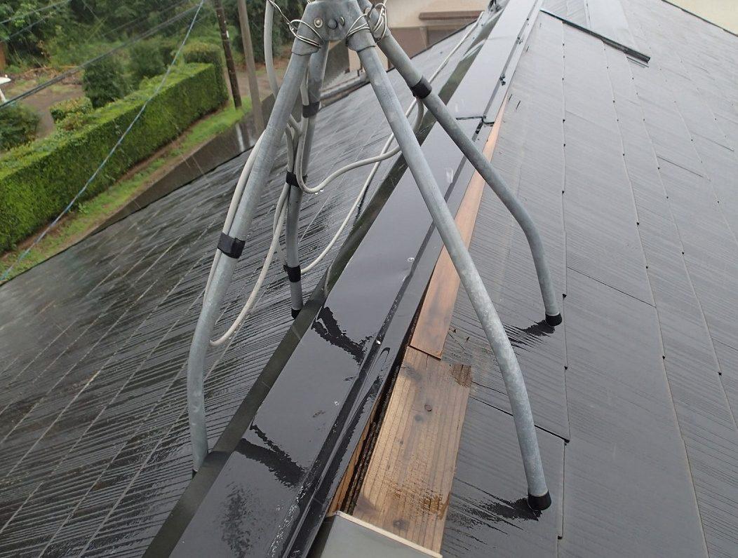 棟板金が剥がれ貫板木材が露出