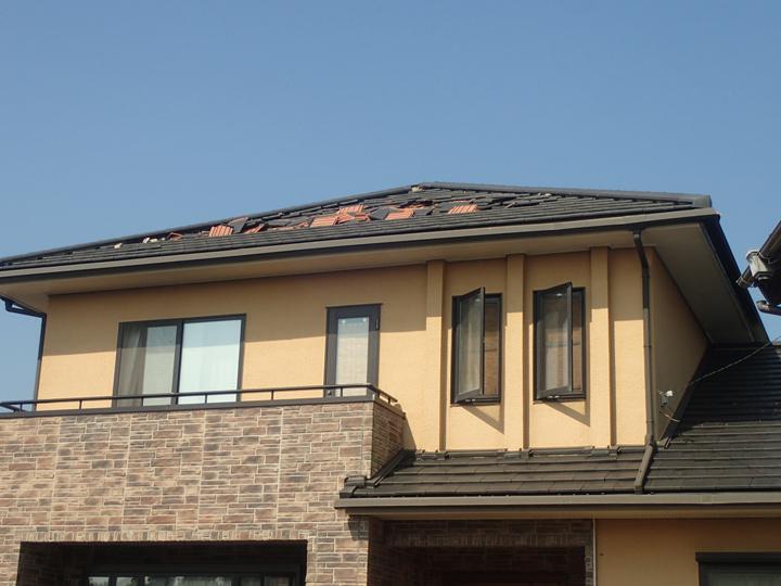 瓦が飛散した屋根