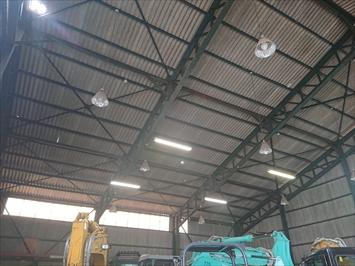 倉庫の屋根は穴が空いて光が差し込みます
