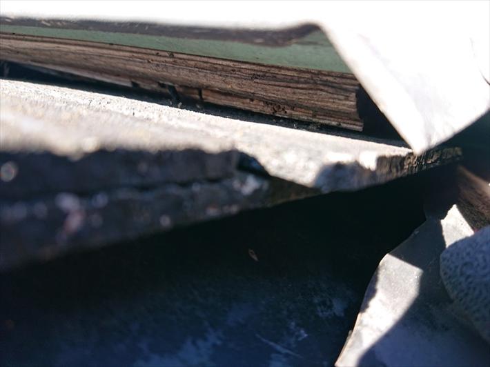 棟板金は下地が腐食すると浮いてしまいます