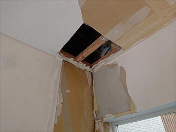 天井裏の雨漏り箇所を確認する為にボードを一部剥がします