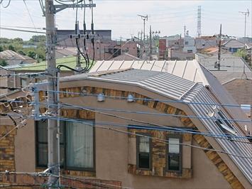 足場が無いと屋根に上れないので向かいのマンションから確認します