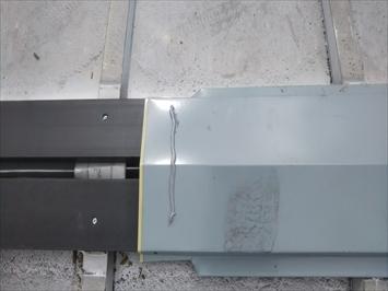 樹脂製の貫板に棟板金を被せてビスで固定します