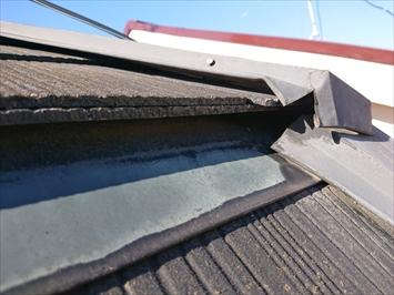 屋根が入り組んだ部分の板金が浮いています