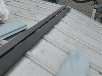 調布市深大寺北町で台風で飛ばされた3階建ての棟板金を交換します
