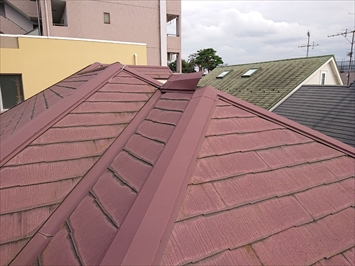 スレート葺き屋根には棟板金が取り付けてあります
