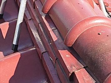 棟瓦を固定している銅線が切れています