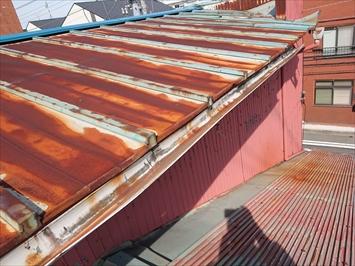 瓦棒葺き屋根も大分劣化しています