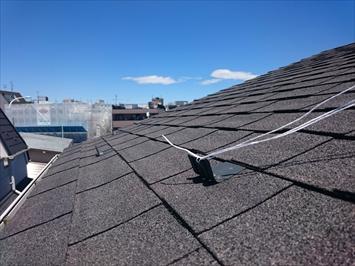 状態の良いアスファルトシングル屋根は塗装工事が可能です