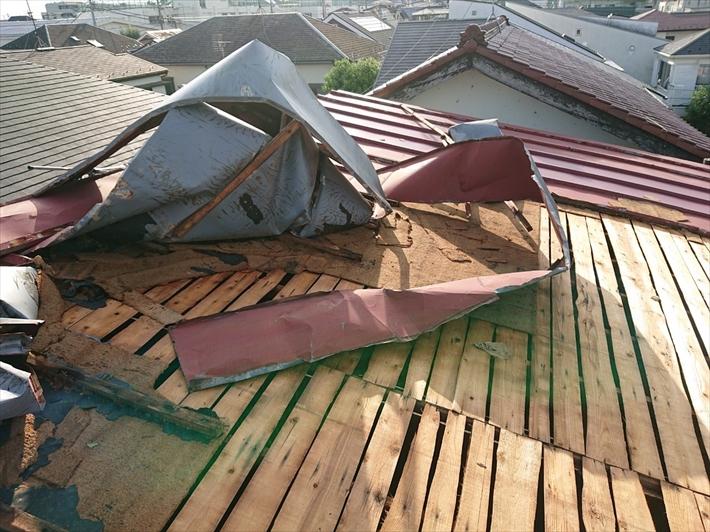 台風で捲れたトタン屋根