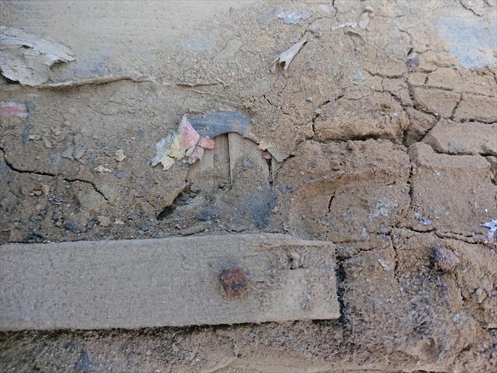 下地が劣化していて穴が空いています