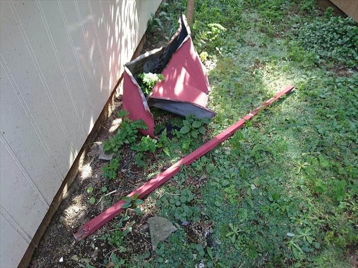剥がれ落ちたトタンが敷地内に落ちています